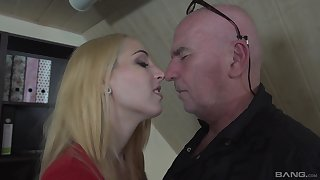 Blonde girl Liz Rainbow can fit a whole load of shit in her mouth
